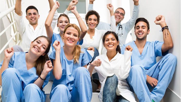 Schön Klinik: Studenten auf Treppe